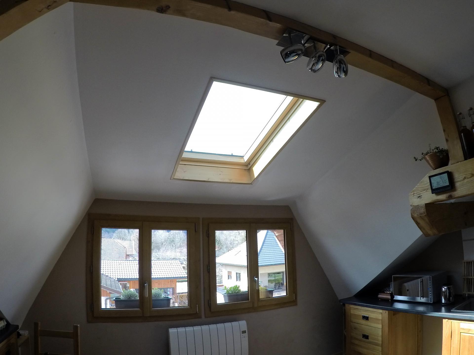 la fenêtre de toit permet de faire rentrer de la lumière  dans la cuisine